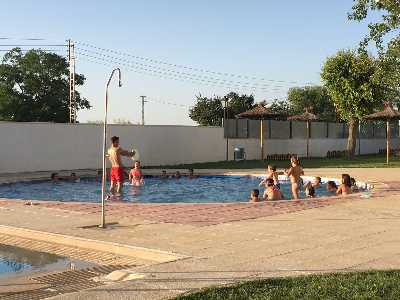Hoy han comenzado las clases de nataci n infantil en la for Piscina municipal cordoba